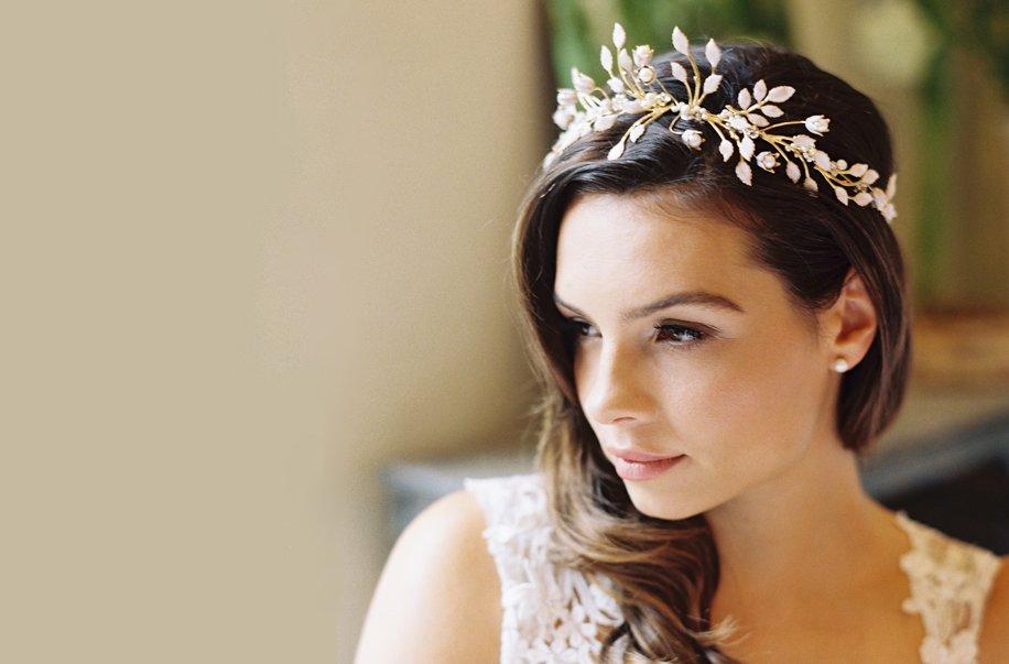 накрученные волосы с короной или диадемой 2