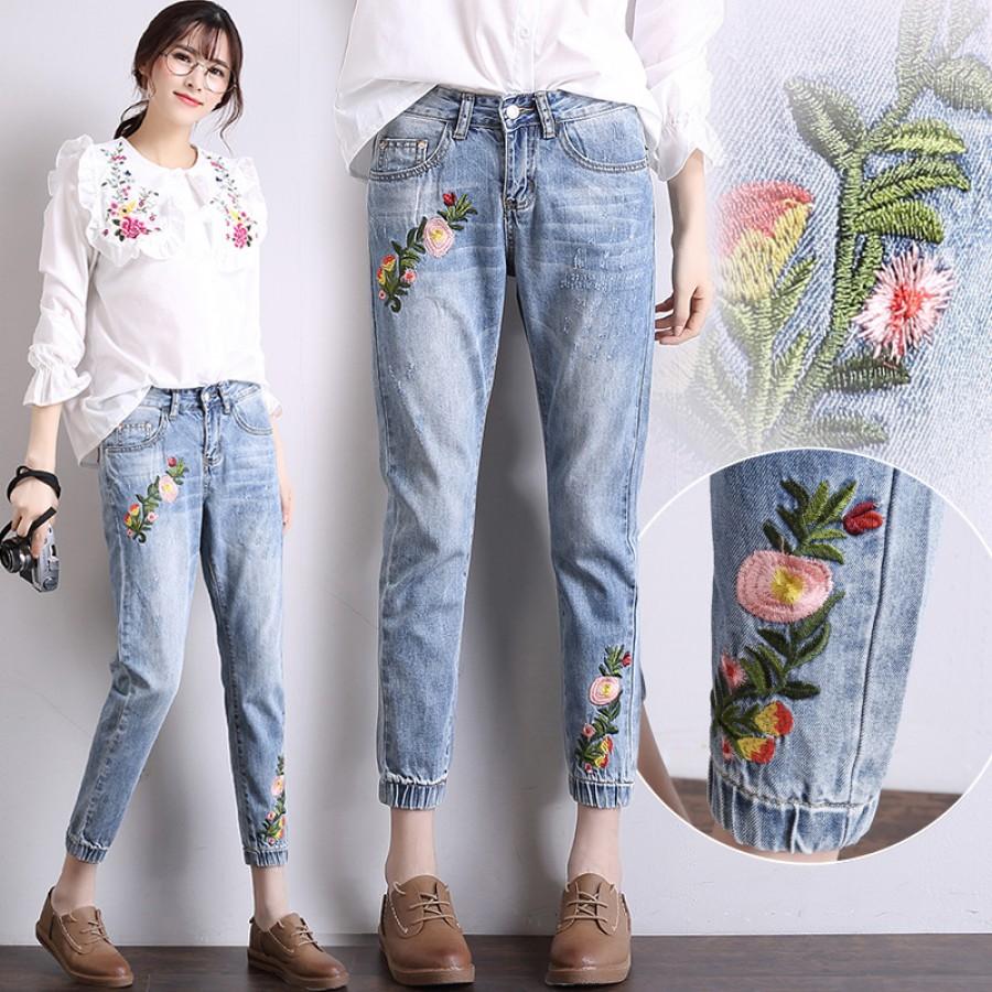 образы с джинсами с вышивкой и завышенной талией