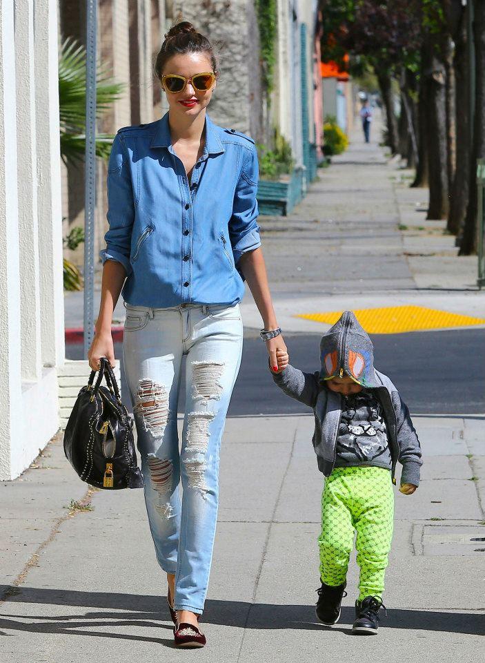 рваные джинсы и заправленная рубашка 2