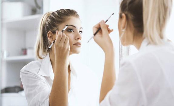Чтобы сделать красивый естественный макияж для карих глаз, не используйте искусственное освещение, результат может оказаться противоположным