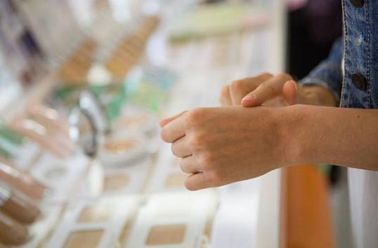 Чтобы сделать естественный макияж для карих глаз, важно создан нужный ровный тон на всем лице. Выбирайте тональный крем, который максимально похож на ваш естественный цвет кожи.