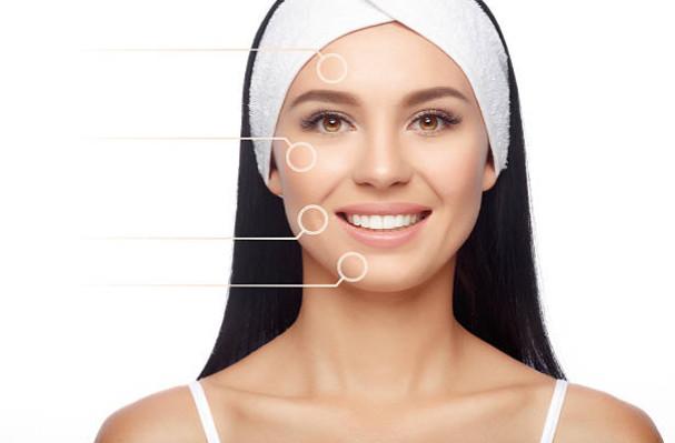 Наносите крем на кожу лица так, как показано на фото, точечно. После этого растушуйте крем массажными движениями, так можно поднять тонус клеток кожи, придающих лицу свежий и сияющий вид.