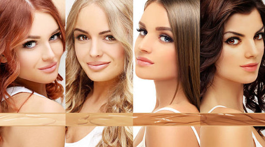 Чтобы добиться влажного сияющего эффекта в макияже, за основу берется очень жидкая тональная основа и хорошо увлажняется кожа