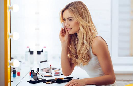 Матирующий лосьон для обезжиривания и удержания эффекта увлажнения также хорошо подойдет для жирной кожи лица