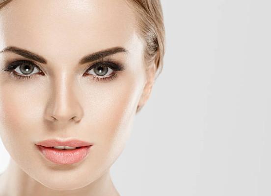 Светоотражающие частицы, имеющиеся в составе базы с эффектом сияния, подчеркивают основные достоинства, и скрывает недостатки кожи