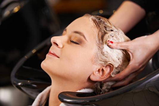 Волосы промываются шампунем. Этот шаг обязателен и для каутеризации в домашних условиях до нанесения специальных средств.