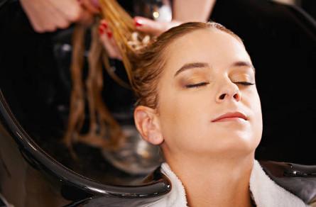 На влажные волосы наносят по все длине масло бамбука, позволяющее восстановить структуру по всей длине