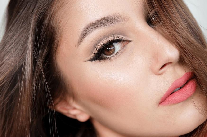 Эффект кошачий глаз в макияже на глазах будет уместно смотреться не только в вечернем его варианте, но в естественном летнем, как показано на фото. следите за новинками косметики, они помогут справиться с этой задачей.