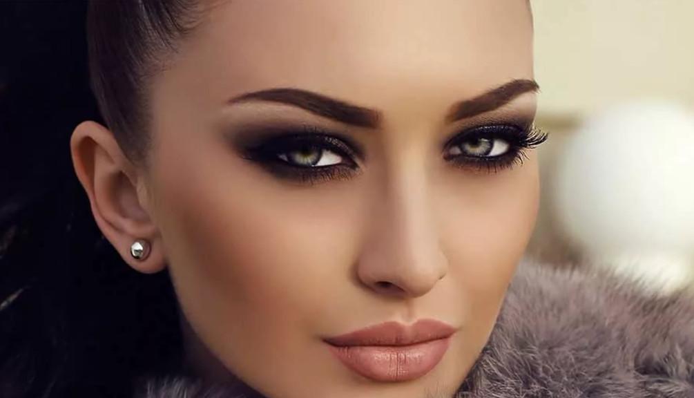 Обратите внимание на макияж модели на фото. В этом году, как и всегда, не будет новинкой совет о том, что акцент в мейк-апе должен быть сделан на какой-то одной части лица: губы или глаза.