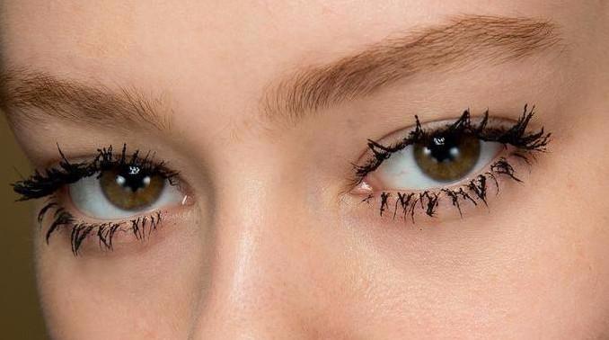 Модной тенденцией летнего макияжа 2017 стало превращение пушистых ресничек в паучьи лапки, как на фото. Их можно гармонично сочетать с nude макияжем или с макияжем под естественность и сияние кожи.