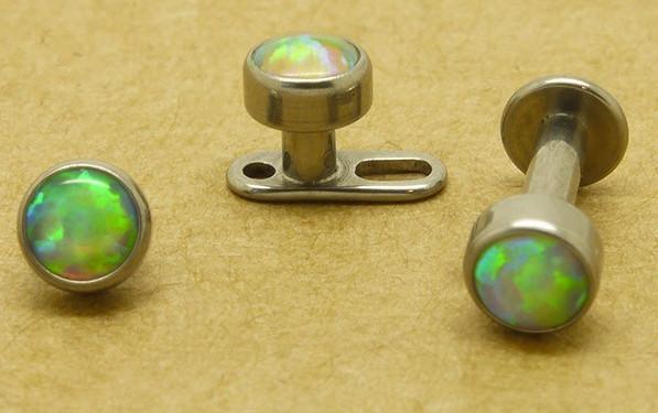 Украшения для шеибывают с камнями и без. Также можно выбрать украшение разного цвета.