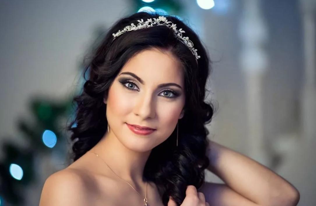 Зеленоглазым брюнеткам, ввиду яркой от природы верхней части лица, следует сделать акцент на губах в свадебном макияже