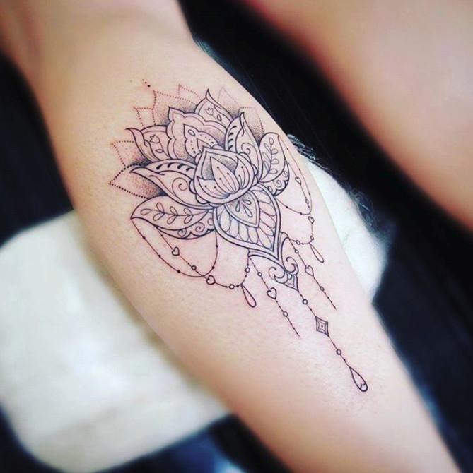 Цветы для тату в стиле Лайнворк могут быть большими на руках