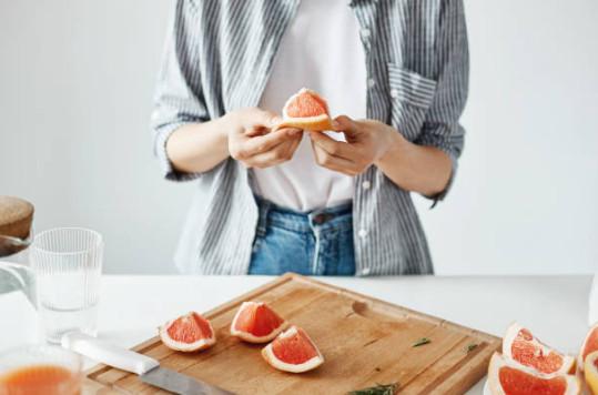 При ежедневном употреблении грейпфрута улучшается обмен веществ, что немаловажно для похудения