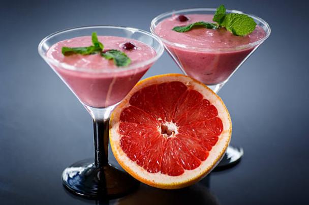 Молочный коктейль с йогуртом и грейпфрутом употребляется на завтрак