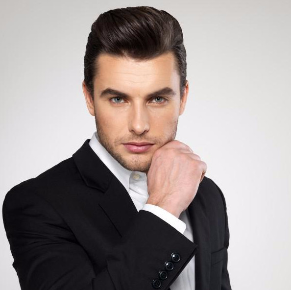 Сделать модную прическу могут мужчины с любым типом лица, важна лишь длина волос, чтобы их можно было укладывать назад, как на фото