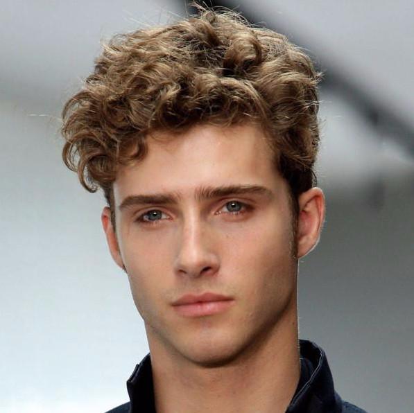 Мужская прическа Undercut на кудрявых волосах