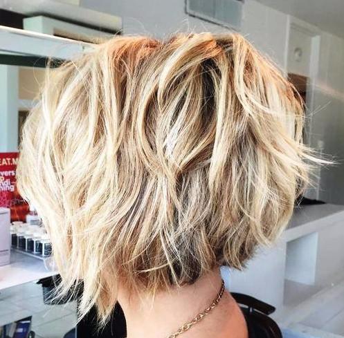 Так выглядит модная техника на средних волосах модели с фото