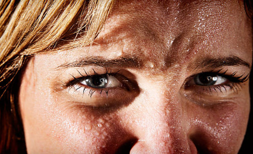 У некоторых людей даже при небольшом нервном потрясении выступает обильный пот на лбу, ладонях, под мышками, на спине или других местах