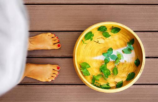 Одно из народных средств устранения проблемы - принятие травяных ванн с настоями коры дуба, березы, рябины, полыни или шалфея. Эти растения обладают успокаивающими и вяжущими свойствами.