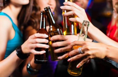 Алкоголь вызывает отмирание нейронов и тканей, особенно опасно это явление для подростков