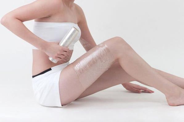 Применяя субстанцию на коже и оборачиваясь пищевой плёнкой, девушки достигают эффекта сауны