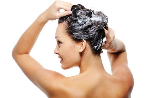Совет из пошаговой инструкции: наилучшим вариантом при использовании термобигуди станет мытьё прядей накануне вечером