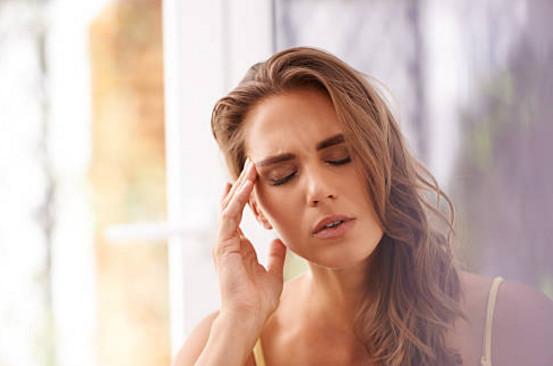 Регулярные головные боли на фонепсихо-эмоциональногорасстройства - это тоже показатель того, что пришло время проводить дарсонвализацию волос