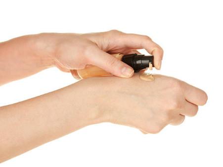 Тщательно подбирайте тональный крем для кожи, он должен быть невидимым. Для создания ровного тона можно использовать натуральные оттенки палеткиMaybelline The nudes.