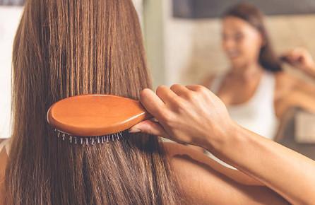 Яблочный уксус помогает не только коже от растяжек и целлюлита, но и в домашних условиях позволяет улучшить качество волос
