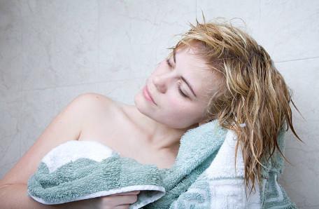 Для процедуры ламинирования подходят именно влажные, немного подсохшие волосы