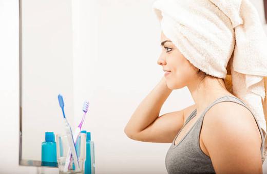 Волосы с нанесенным на них составом нужно обернуть полиэтиленом, а поверх полотенцем