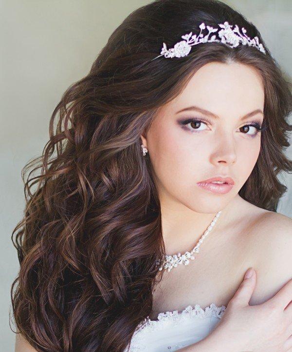 Накрученные волосы с короной или диадемой